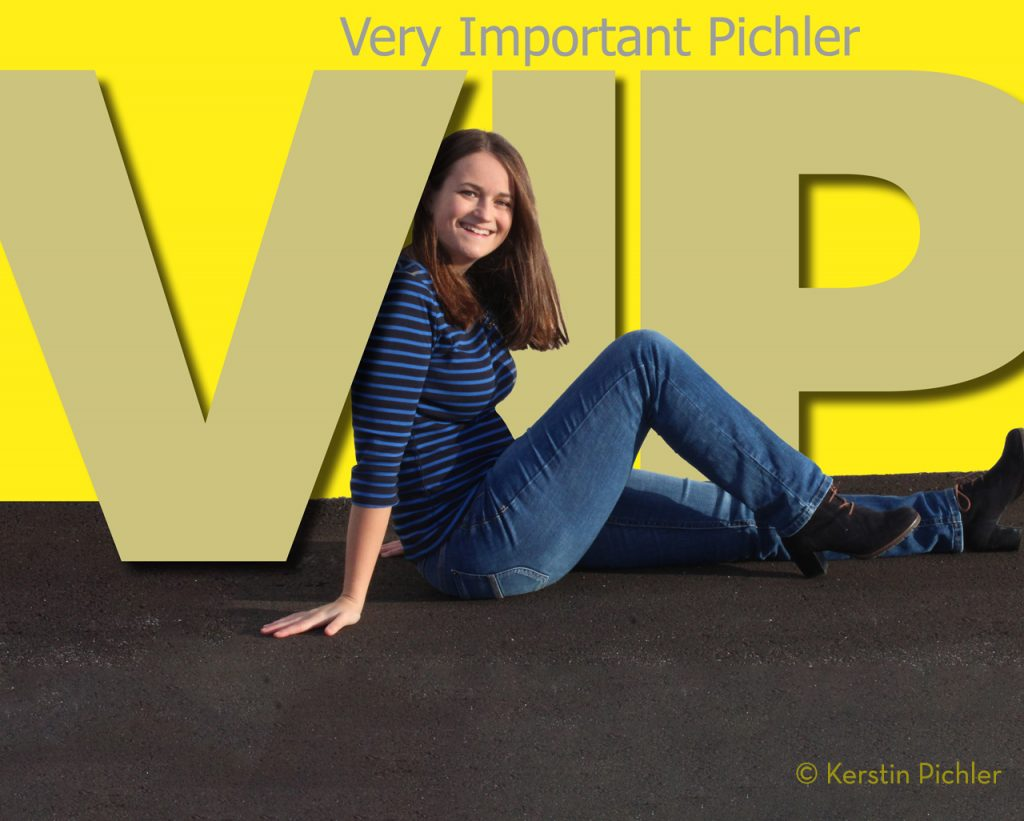 Evelin sitzend vor dem Schriftzug VIP