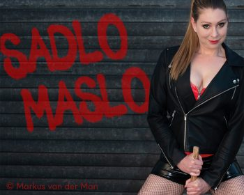 Claudia Sadlo mit Lederjacke und tiefem Ausschnitt